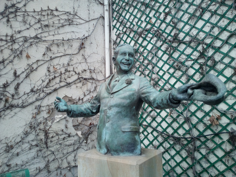 statue800